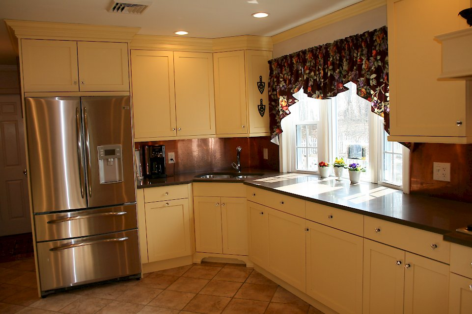 A Brookhaven kitchen with the jasmine finish and bridgeport door style.