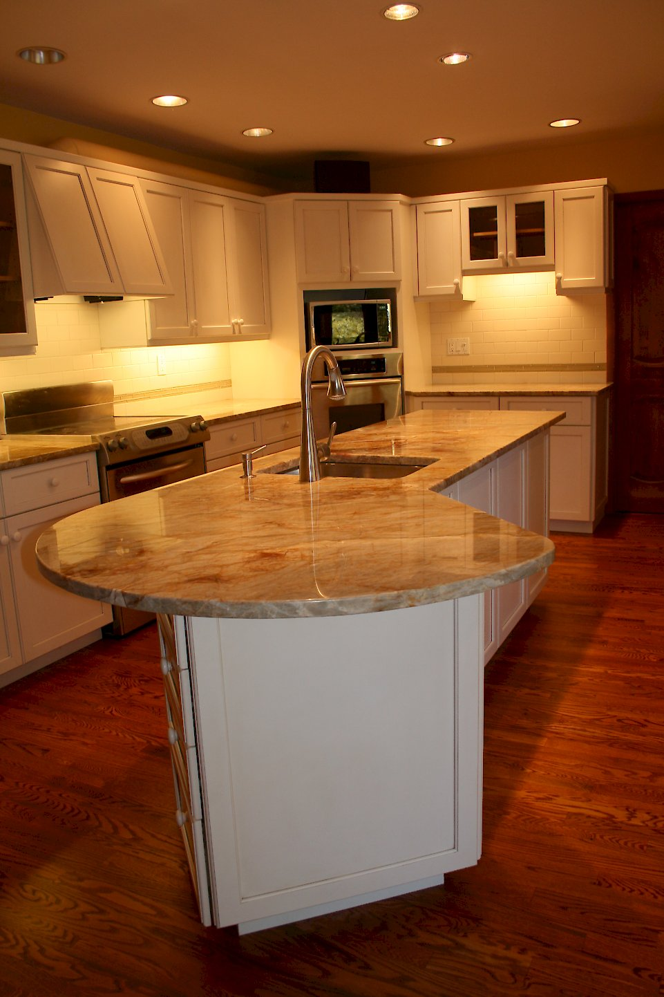 Rounded countertop home design for Kitchen island with rounded end