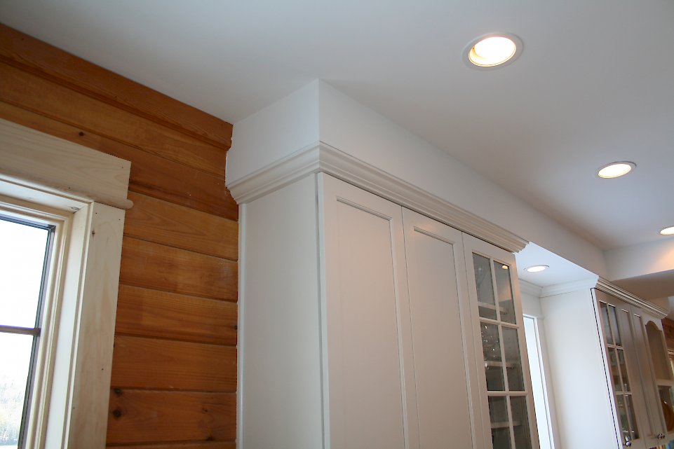 A view of the crown molding to the ceiling.